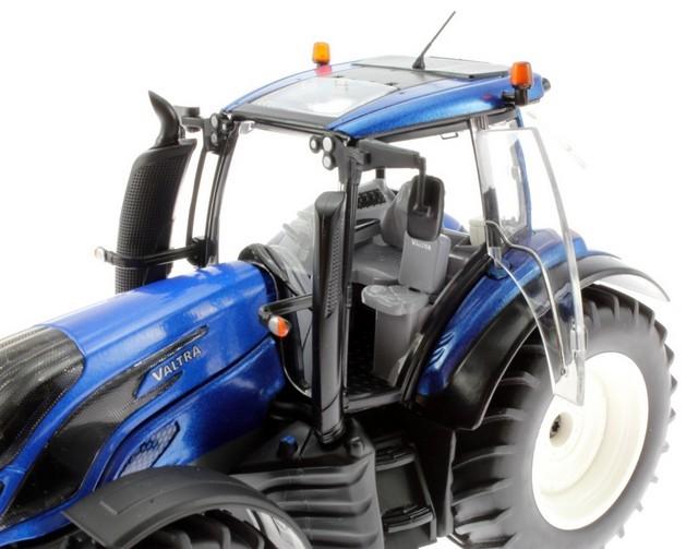 Valtra tractor schaal model