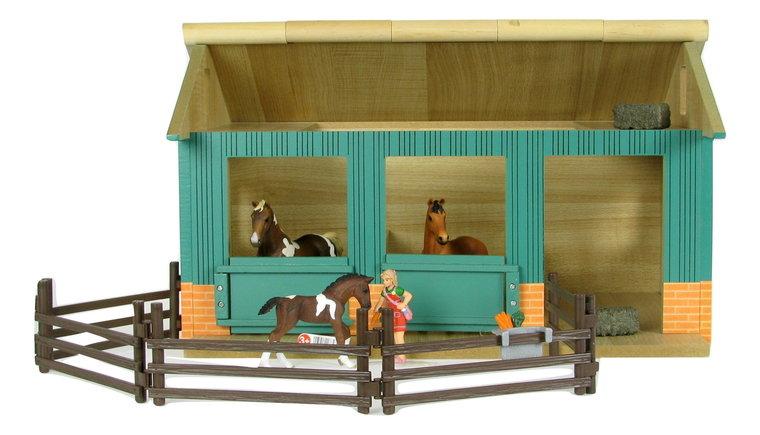 Houten paardenstal met Trakehner hengst, merrie, veulen, verzorgster en accessoires