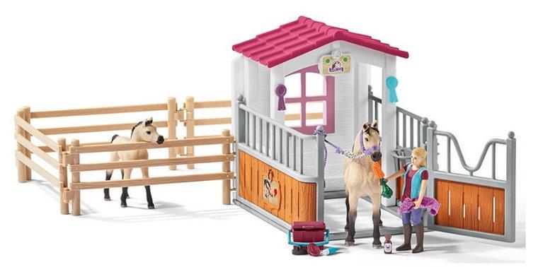 Schleich Paardenbox met Arabieren en verzorgster (schaal 1:24)