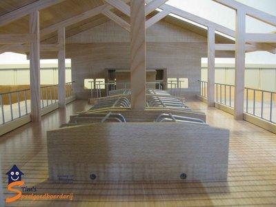 koeienstal van hout met ligboxen